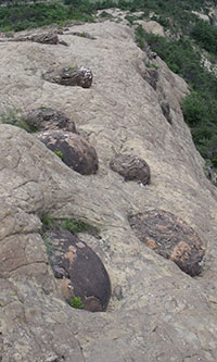 spheres-de-pierre-dans-falaise-france-200po