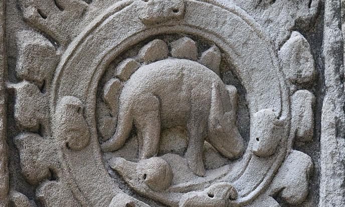 Stegosaure-Ta-Prohm-temple-SiemReap-Cambodia-688po