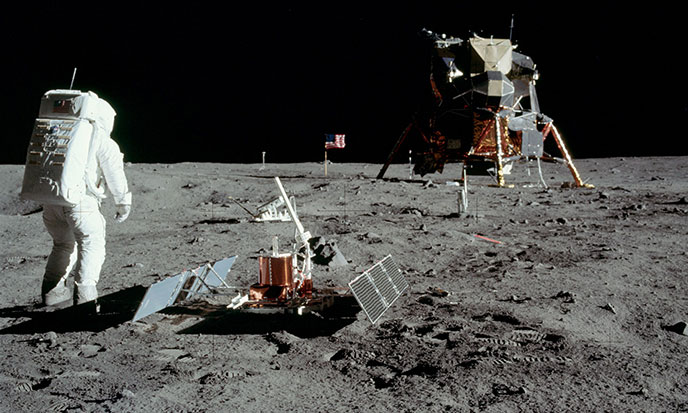 lune-Aldrin_with_experiment-688po