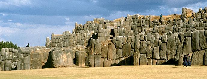 sacsayhuaman-muraille-longue-688px